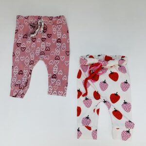 Broekje hearts maat 62 en strawberry maat 56 Little Jet